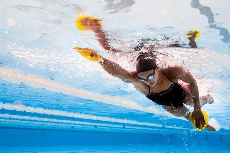 swimmer wearing FINIS gloves