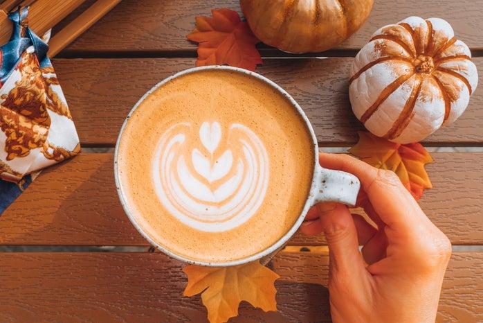 latte art with 2 little pumpkins