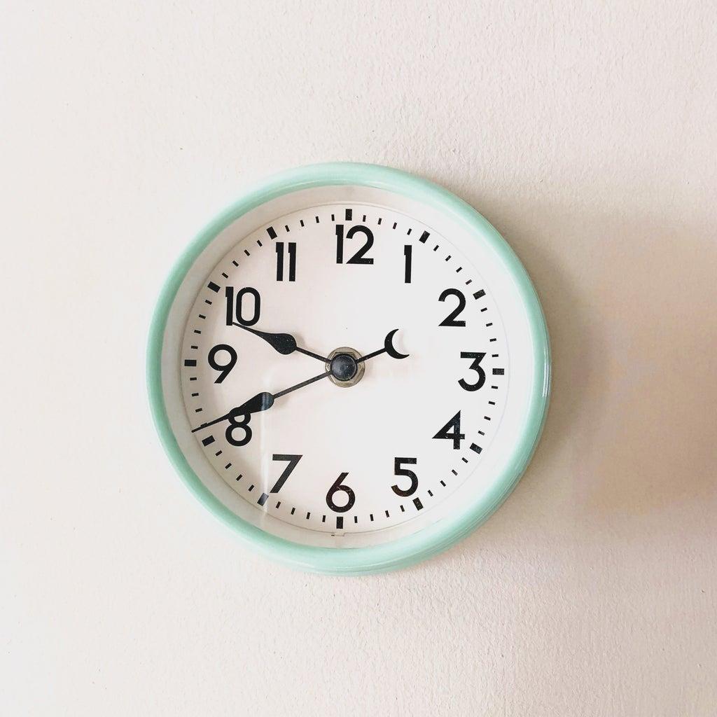image of an analog clock