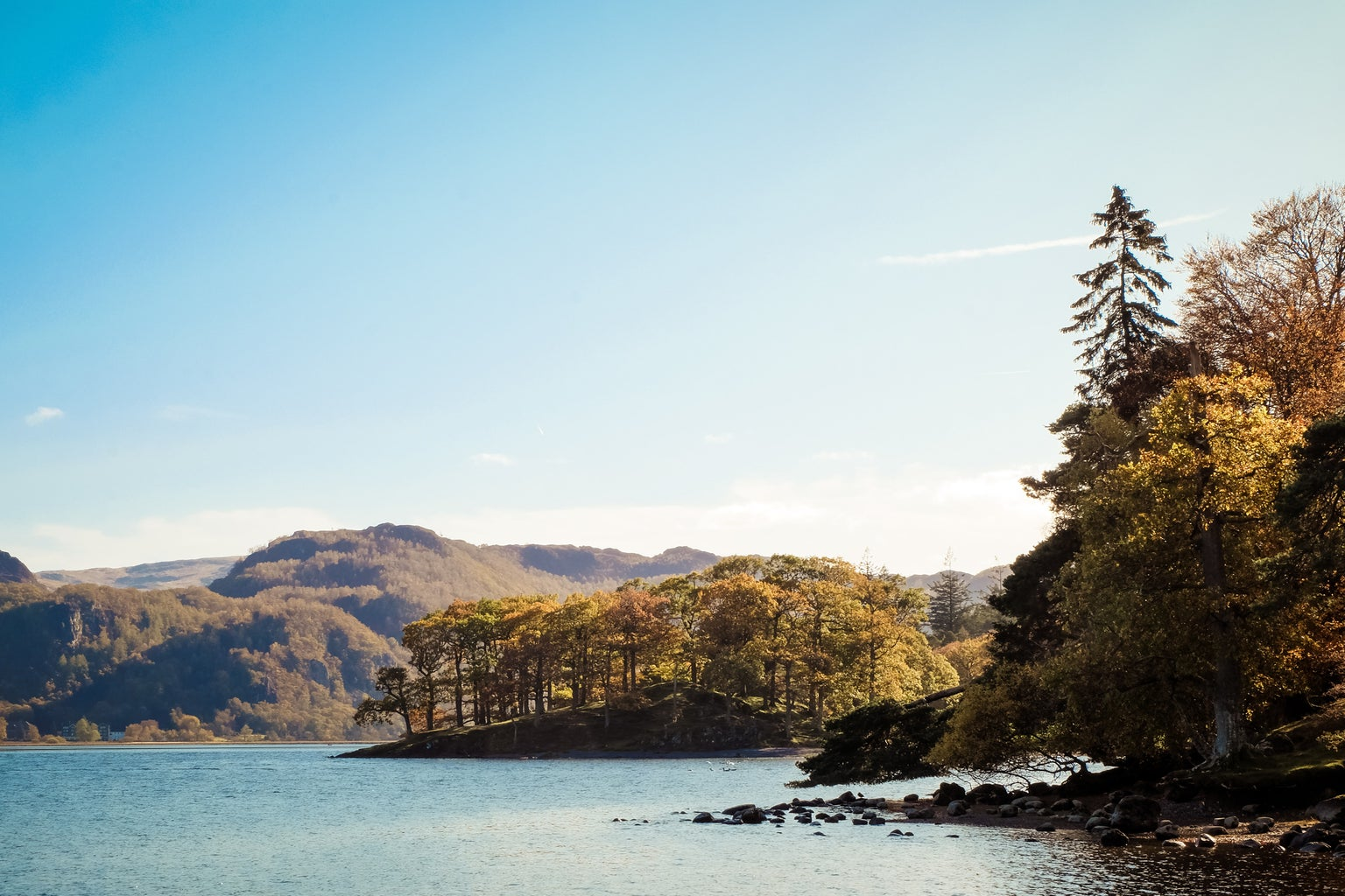 m,ountains, lake and trees in the Lake District