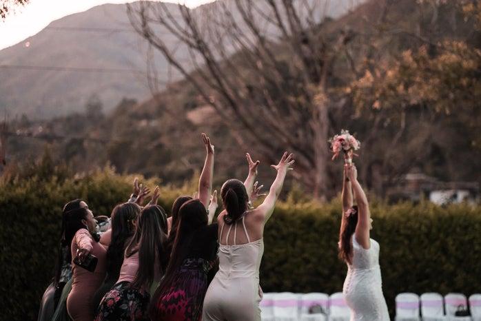bouquet throw at wedding