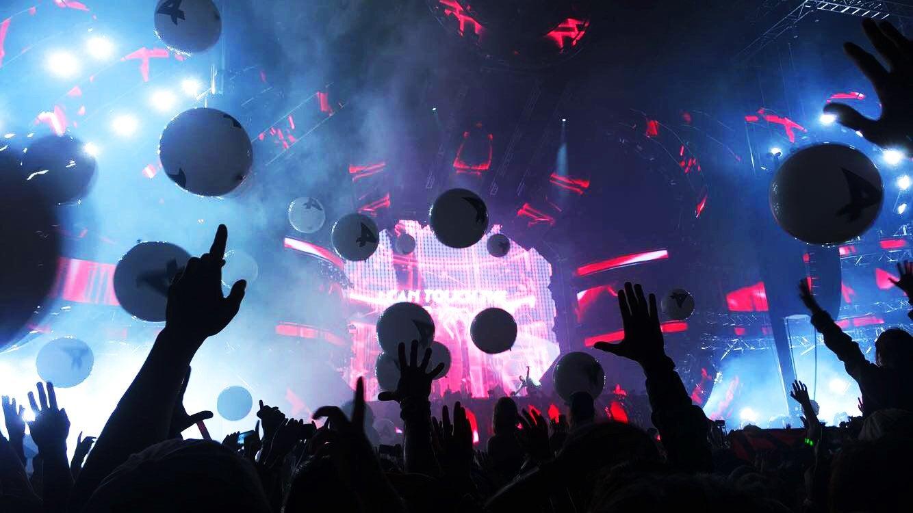 Lindsay Thompson-Music Festival Miami Ultra Lights Stage Concert Balloons Music Edm