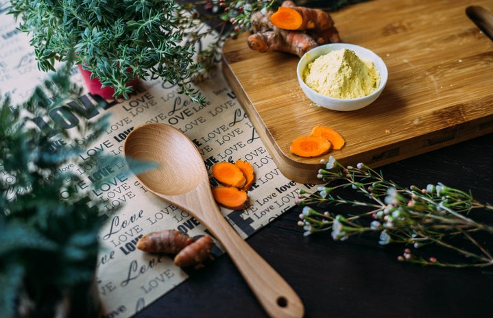 wooden ladle and chopping board with ginger during daytime