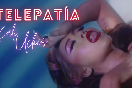 Frame of the videoclip of Telepatía by Kali Uchis whith the name of the singer and the song written above..
