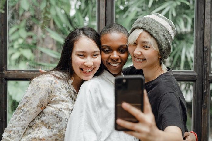 gen-z friends taking a selfie