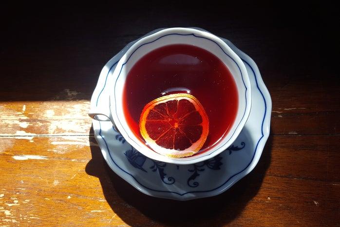 hibiscus tea with lemon slice